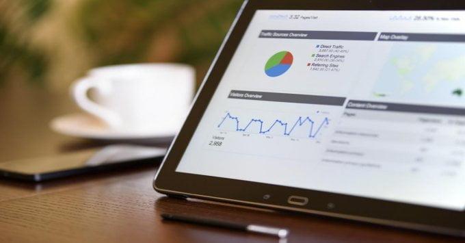 Każdy właściciel małej firmy powinien rozważyć wdrożenie automatyzacji marketingu - ze względu  na oszczędność czasu i kosztów.