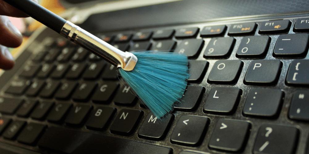 Klawiatura laptopa - jak wyczyścić by nie uszkodzić klawiszy.