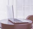 Dobry stolik pod laptopa zwiększa komfort pracy.
